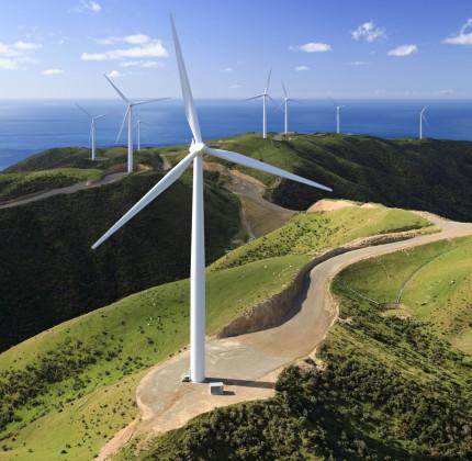 62 Siemens-Windenergieanlagen des Typs SWT-2.3-101 drehen sich hier im Windpark West Wind nahe Wellington in Neuseeland. Aufgrund konstanter Windbedingungen und hoher Windgeschwindigkeiten eignet sich Neuseeland bestens für die Realisierung von Windenergieprojekten. West Wind ist der erste Windpark in Neuseeland, den Siemens im Oktober 2009 in Betrieb nahm.  62 Siemens wind turbines of the type SWT-2.3-101 turn here in the wind park West Wind near Wellington in New Zealand. The consistently strong wind speeds in New Zealand make the country ideal for wind power plants. West Wind is the first wind power plant Siemens commissioned in October 2009.