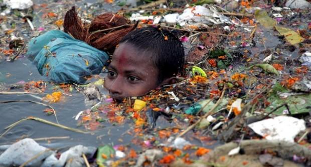 Un bambino nuota nel Gange, fiume sacro per gli indiani