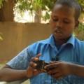 Tredicenne somalo crea eco giocattoli meccanici con la spazzatura