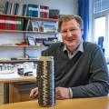 Leif Asp con una bobina di filato di fibra di carbonio