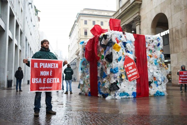 black-friday-greenpeace-milano