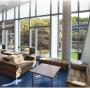Esempi di finestre con aerogel interposto tra i vetri: sulla facciata di un edificio della Ryerson University esistente a Toronto e su alcune vetrate della Nobel Hall di SUNY Stony Brook.