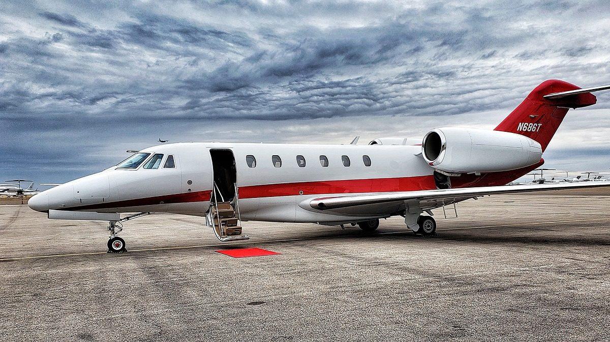Emissioni degli aerei: tassare i jet privati per una decarbonizzazione veloce
